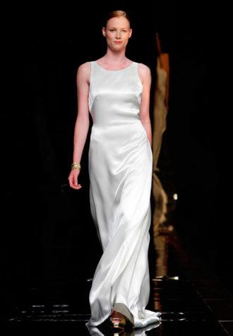 novia con vestido minimalista de tirantes de Rosa Clará en pasarela