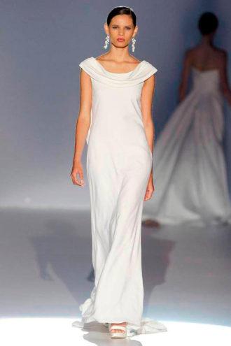 novia con vestido minimalista de Cymbeline en pasarela