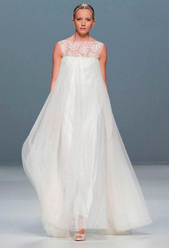 novia con vestido minimalista de Jesús del Pozo en pasarela