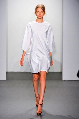 novia con vestido corto de Calvin Klein en pasarela