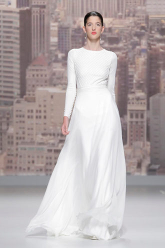 novia con vestido minimalista de Rosa Clará en pasarela