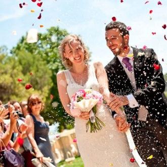 pareja de recién casados en boda al aire libre