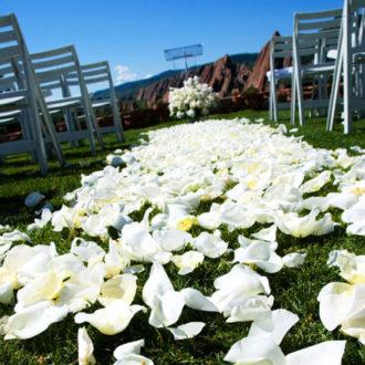 boda al aire libre con pasillo floral