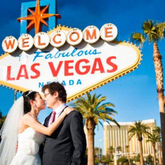 pareja de novios casándose en Las Vegas