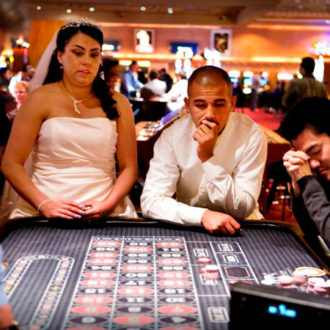 pareja de novios apostando en Las Vegas