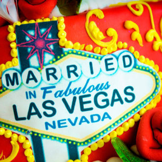 tarta para novios con el cartel de Las Vegas