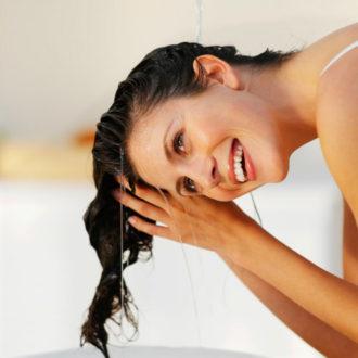 novia sonriendo lavándose el cabello