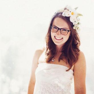 novia morena con gafas y tocado floral
