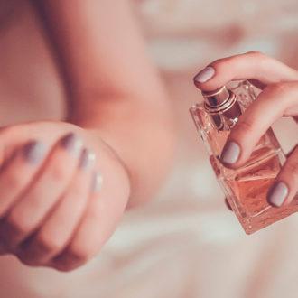 novia echándose perfume