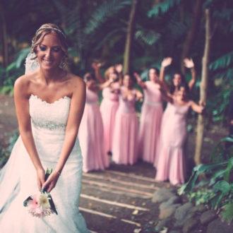 novia tirando el ramo a las chicas de la boda