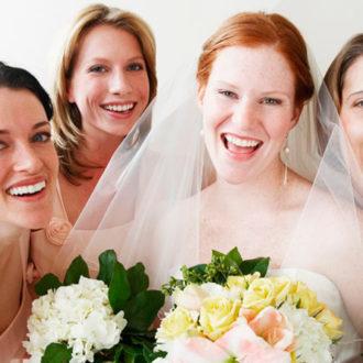 novia rodeada de sus damas de honor