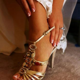 novia con tacones tocándose el pie