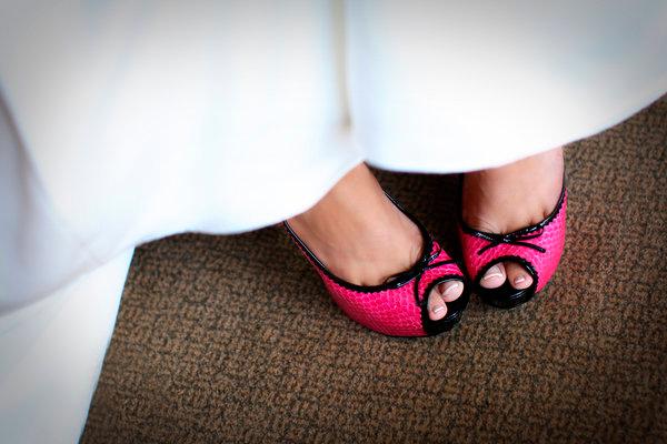 novia luciendo zapatos en color rosa