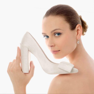 novia mostrando zapato de tacón a cámara