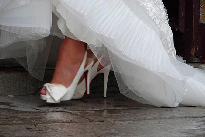 novia luciendo zapatos blancos