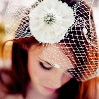 novia con velo birdcage con broche