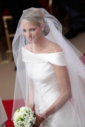 Charlene Wittstock con su vestido de noiva de escote barco