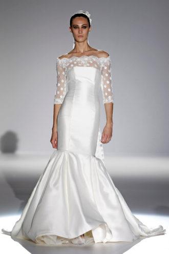 novia con vestido de corte sirena con escote barco de Franc Sarabia en pasarela