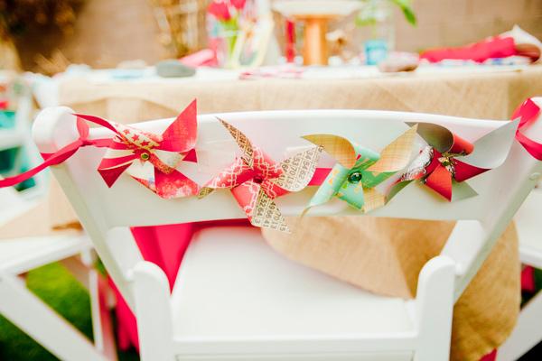 silla de boda decorada con molinillos de viento