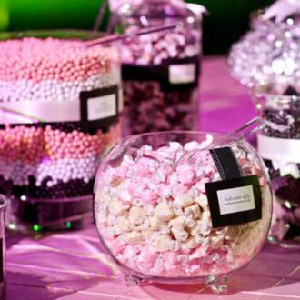 mesa de boda decorada de manera infantil en color lila