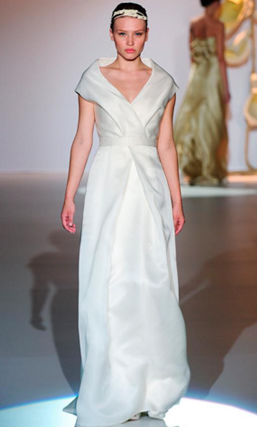 novia con vestido de estilo oriental de Jesús del Pozo en pasarela