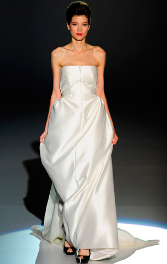 novia con vestido de estilo oriental de Juanjo Oliva en pasarela