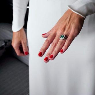 novia con manicura en color rojo
