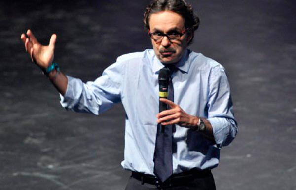 Gabriel Quadri hablando en público