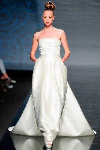 novia con vestido strapless de estilo oriental de Rosa Clará en pasarela