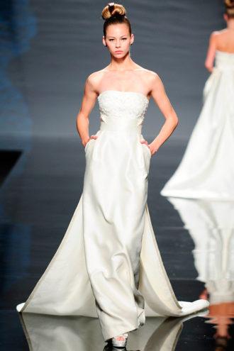 novia con vestido de estilo oriental de Rosa Clará en pasarela