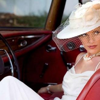 novia luciendo sombrero y velo birdcage