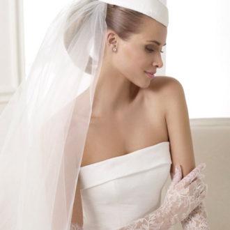 novia luciendo sombrero y velo