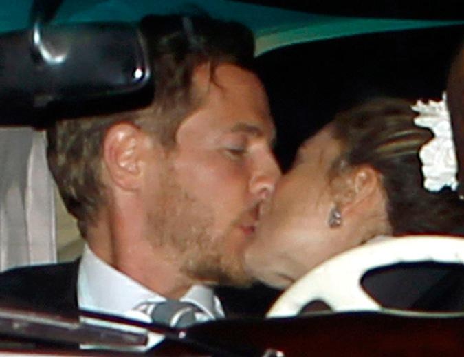 Drew Barrymore y Will Kopelman besándose en el coche recién casados