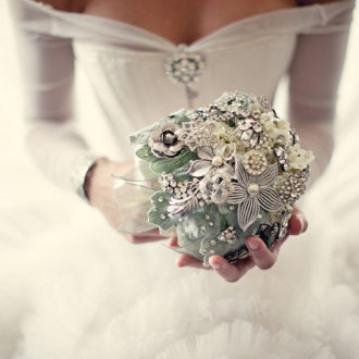 bouquet joya de novia a base de piedras y flores de plata