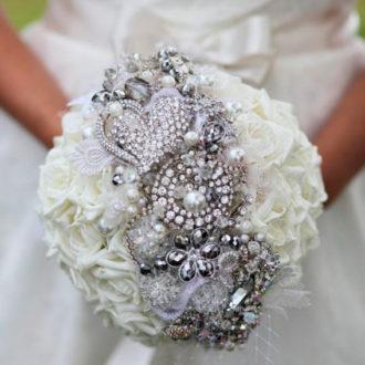 bouquet joya de novia con flores y pedrería