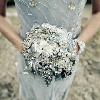 bouquet joya de novia de pedrería y flores de plata