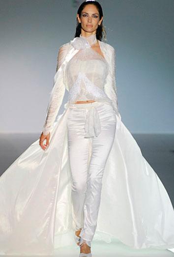 novia con traje pantalón de gasa y transparencias en pasarela