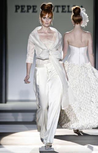 novia con traje pantalón ancho y parte superior anudada en pasarela