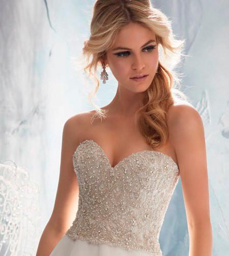 novia con vestido de escote corazón y pedrería