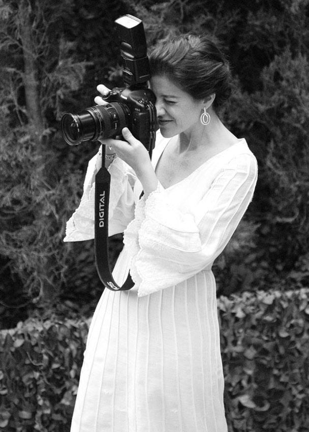 novia haciendo fotografías en su boda