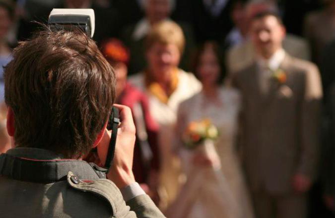 fotógrafo de espaldas haciendo fotos en una boda