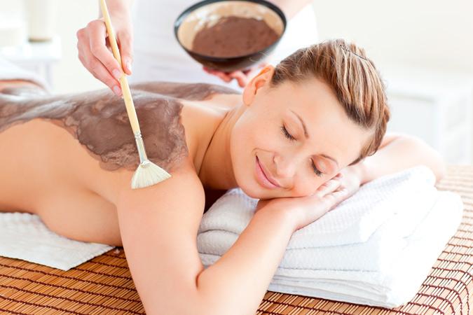 chica recibiendo tratamiento de chocolaterapia