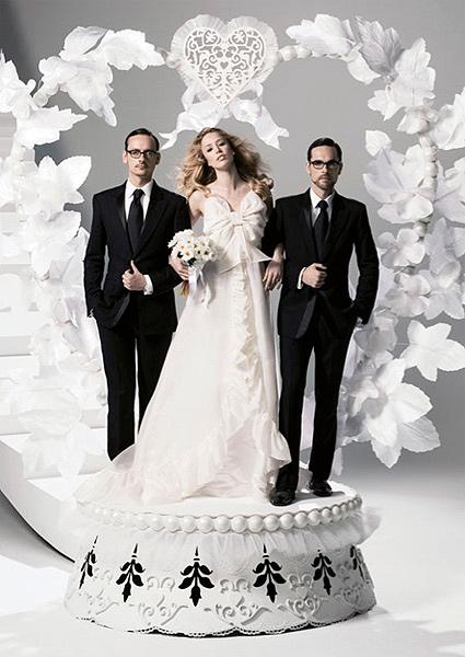 novia con vestido de H&M acompañada por dos hombres