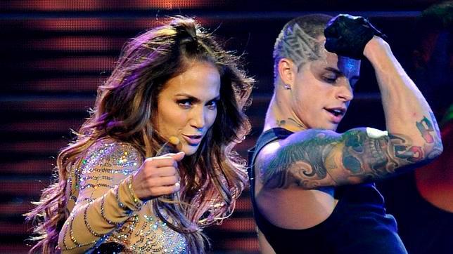 Jennifer López y Casper Smart en plena actuación