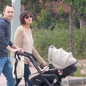 Andrés Iniesta y Anna Ortiz paseando a su hija