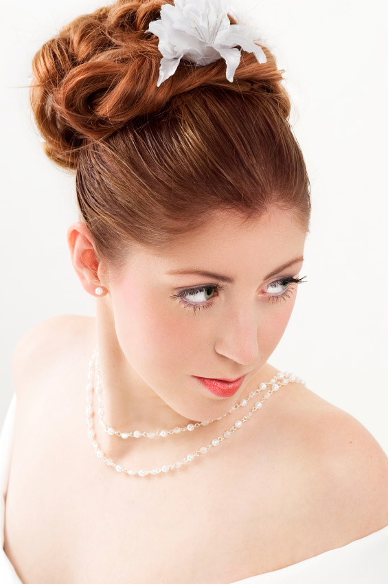 novia con pelo recogido en moño alto