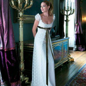 novia con vestido blanco y lazo negro en la cintura