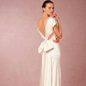 novia con vestido con escote y lazo en la espalda de Cassandra Gown