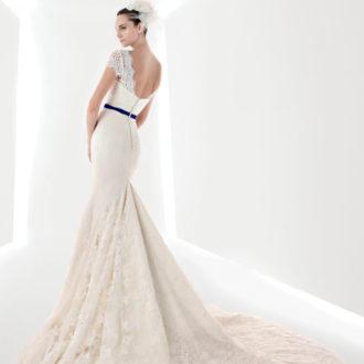 novia con vestido con lazo azul en la cintura de Franc Sarabia