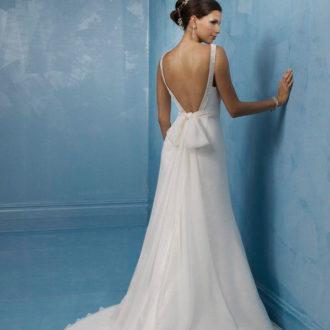 novia con vestido de tirantes finos, escote y lazo en la espalda